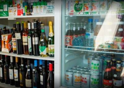 foto estanterías de bebidas interior tienda ecomarkt